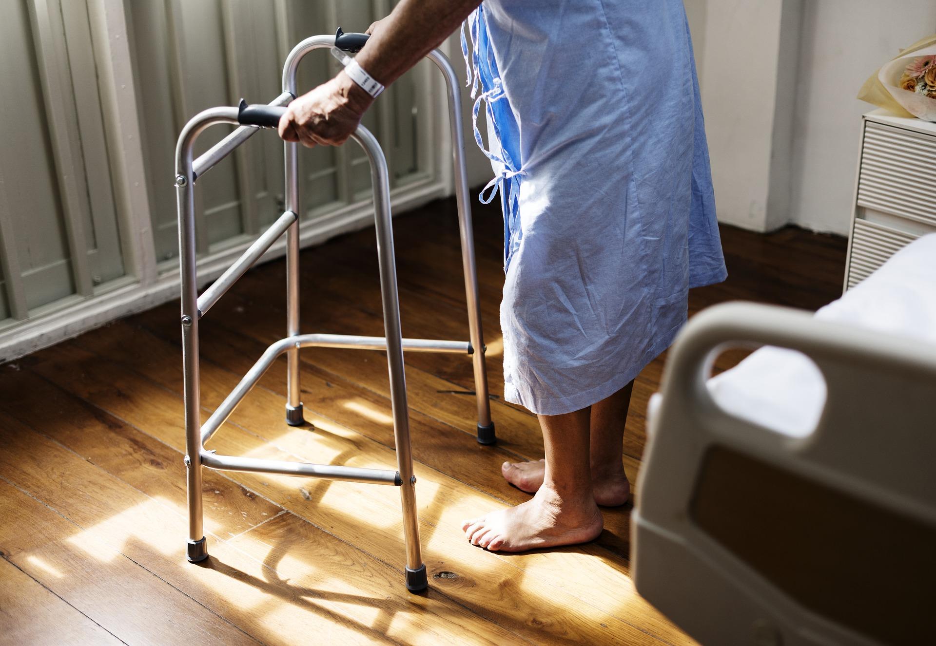 Pflege- und Seniorenbetten: Die Basis für die häusliche Pflege